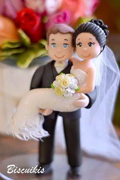Noivinhos de biscuit para topo de bolo em casamento RJ