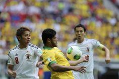GRA347. BRASILIA (BRASIL), 15/06/2013.- El jugador de selección brasileña Hulk (c) controla el balón ante Hiroshi Kiyotake (i), de Japón, durante el partido inaugural de la Copa Confederaciones 2013 q