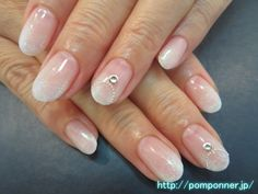 ホワイトのグラデーションにネックレス風のアート  Gradation of white is a beautiful simple nail. To create a gradient in white, were piled up lame white further. It was decorated to put the art of necklace style points.
