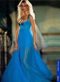 Claudia Schiffer in Versace Versace Fashion, 90s Fashion, Love Fashion, Runway Fashion, Fashion Models, Fashion Beauty, Fashion Outfits, Modern Fashion, Outfits