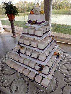 Pastel de bodas con mini-pasteles en varios pisos