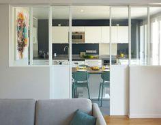 Cuisine fermée : 20 raisons de succomber à ce retour de tendance Kitchen Interior, Interior, Kitchen Decor, Home Decor, Home Deco, Home Kitchens, Kitchen Dinning, Closed Kitchen, Kitchen Design