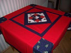 vánoční ubrus Patchworkový vánoční ubrus podšitý režným plátnem, prošívaný, bavlna, 120x140 cm. Pokud vám nevyhovuje barevnost nebo rozměr, podívejte se na zelený (120x140) nebo modročervený (120x120) nebo jiný červený (120x120).
