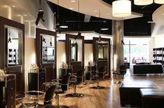 Beyond Fringe por Art Arquitectos. El Paul Mitchell Hair Salon está situado en un centro comercial en la ciudad de Houston, Texas. La idea fue crear un ambiente elegante, relajante y confortable con espacios abiertos y generosos. Para lograr esto, el primer desafío fue encontrar una manera sutil de separar lo privado de lo público en el salón y lo lograron con la adecuada ubicación de los espacios.  http://www.podiomx.com/2012/02/beyond-fringe-por-art-arquitectos.html