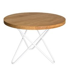 FARO to rozwiązanie dla tych, którzy doceniają łagodną linię okrągłego, dębowego blatu. Stolik ma wysmukłą, nowoczesną konstrukcję, opierającą się o trzy, łagodnie wygięte nogi w kolorze białym. Niebanalny, nowoczesny mebel z dodatkiem ciepłego, rustykalnego akcentu. Table, Furniture, Home Decor, Decoration Home, Room Decor, Tables, Home Furnishings, Desks, Arredamento