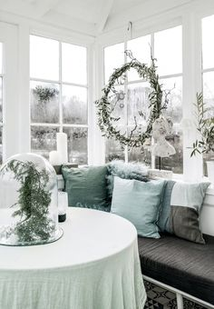 Simple and beautiful Christmas decorations in the conservatory.