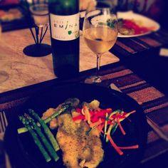 Pescado en salsa de perejil y jalapeño, maridado con Emina Rueda