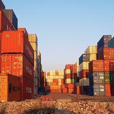 Jolie lumière sur le @portduhavre ce soir ! Et vous montrez moi votre photo du soir ! #nofilter #portduhavre #lehavre #lh #port #portoflehavre #harbour #france #normandie #normandy #conteneurs #containers Port Du Havre, Le Havre, Container, King, France, Photo And Video, Instagram, Porto, Shipping Containers