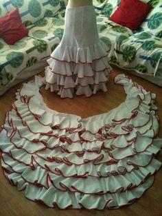 cola 2 Flamenco Costume, Flamenco Skirt, Flamenco Dancers, Belly Dance Costumes, Dress Making Patterns, Skirt Patterns Sewing, Costume Patterns, Clothing Patterns, Techniques Couture