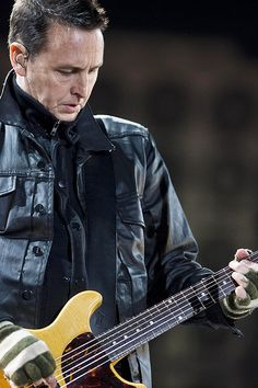 """Michael David (Mike) McCready (Pensacola (Florida), 5 april 1966) is een Amerikaans gitarist en songwriter. Hij is de leadgitarist en, samen met Jeff Ament, Stone Gossard en Eddie Vedder, oprichter van de Amerikaanse rockband Pearl Jam. Mike McCready stond in 2007 op plaats zes van Rolling Stone's """"The Twenty-Five Most Underrated Guitarists""""."""
