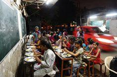Elevi indieni aparţinând şcolii Footpath din Ahmedabad mănâncă seara târziu, sâmbătă, 20 iulie 2013. Şcoala Footpath a fost iniţiată de Kamalbhai Parmar, proprietarul unei afaceri în domeniul prelucrării metalelor, pentru copiii muncitorilor săi, a celor care reciclează gunoaiele şi a servitorilor, astfel încât aceştia să primească educaţie suplimentară şi o masă gratuită. (  Sam Panthaky / AFP  ) - See more at: http://zoom.mediafax.ro/people/viata-cotidiana-iulie-2013-11236594