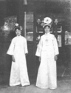 Two court ladies. Life was entirely bound by etiquette & provided you pleased those that mattered you were probably in for a comfortable if extremely tedious existence. Vintage Photos Women, Vintage Photographs, Chinese Style, Chinese Art, Beijing, Last Emperor Of China, Qing Dynasty, Chinese Culture, Princesses