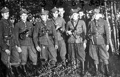 """Patrol żandarmerii 6 Brygady Wileńskiej AK. Stoją od lewej: trzeci – dowódca ppor. Antoni Borowik """"Lech"""" (poległ 7 V 1948r. w walce z KBW), czwarty – Czesław Pilecki """"Jaskółka"""" (zginął 8 VI 1950 r. w walce z UB), piaty – ppor. Lucjan Minkiewicz """"Wiktor"""" (zamordowany 8 II 1951 r. w więzieniu mokotowskim, miejsce pochówku nieznane, miał 32 lata), siódmy – Władysław Wasilewski """"Grot"""". Głównym zadaniem brygadowej żandarmerii było zwalczanie przestępczości pospolitej w terenie."""