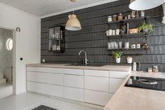 Hirsiseinä keittiössä Double Vanity, Kitchen Cabinets, Cottage, Bathroom, Interior, House, Furniture, Home Decor, Kitchens