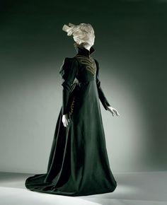 Rok (b) van donkergroen laken, slepend en met veel extra ruimte voor het rijden met een dameszadel, anoniem, c. 1825