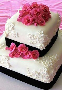 Hermosa torta de 2 pisos con crema y cintas negras con Rosas