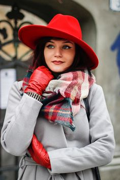 9 best color combinations for autumn hats and accessories - BurdaStyle. Color Harmony, Color Balance, Good Color Combinations, Color Combos, Red Colour Palette, Pantone, Outfits With Hats, Coordinating Colors, Red Hats