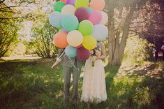 Foto de boda con globos de colores