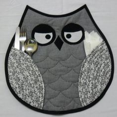 Owl placemats-(idea, no pattern) Owl Patterns, Quilt Patterns, Sewing Patterns, Quilting Projects, Sewing Projects, Fabric Crafts, Sewing Crafts, Owl Sewing, Place Mats Quilted