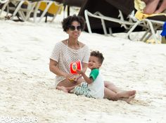 Alicia Keys played in the sand with her son while vacationing in the Bahamas.
