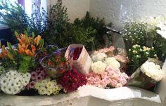 #Buenosdias. Ya tenemos las #flores y los #versos aquí. #remangados y a #tope. #abrimos #sábado y mañana del #domingo. Un consejín. Haced ya vuestros #pedidos. No esperéis al domingo. #diadelamadre #maremia #floristeriasmadrid #condeduquegente #flordelola by flordelola2014