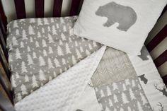 Literie - lit sur le thème bois rustique serti de bois de cerf, renard, arbres, chevrons et ours en gris et blanc