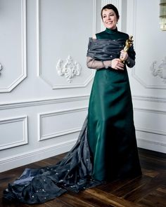 Fashionista Smile: Olivia Colman - Best Actress in a Leading Role Oscar Academy Awards, Academy Award Winners, Oscar Winners, Olivia Coleman, Oscar Dresses, Formal Dresses, Best Actress Oscar, Hollywood Glamour, Green Dress