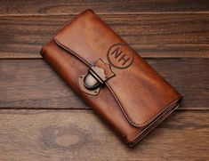 This engraved leather wallet is the perfect womens gift. Personalized with the name of your choice, this custom wallet will be displ Leather Wallet Pattern, Leather Clutch, Leather Purses, Monogram Clutch, Monogrammed Purses, Wallets For Women Leather, Womens Leather Wallet, Long Wallet, Clutch Wallet
