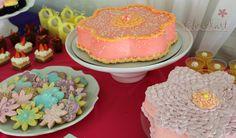 Pasteles en forma de flor y mesa de postres para cumpleaños
