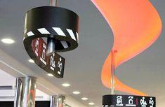 Projeto de sinalização do Cinema City Mall na cidade de Rishon LeZion, em Israel, desenvolvido pelo escritório de design Studio Amir Zehavi.
