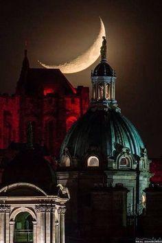 The best Scottish photograph of 2014 - crescent moon over the Edinburgh skyline. By Real Edinburgh Nite nite! Beautiful Moon, Beautiful World, Beautiful Places, Stars Night, Moon Stars, Banks House, Shoot The Moon, Banks Building, Edinburgh Castle