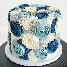 Our blooming buttercream cake is stunning in different shades of blue! 💙