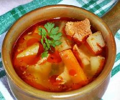 Gulyásleves egyszerűen recept   Mindmegette.hu Thai Red Curry, Food And Drink, Soup, Lunch, Cooking, Ethnic Recipes, Hungary, Kitchen, Eat Lunch