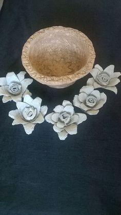 Flores y cazo hecho con papel de carteras de huevo