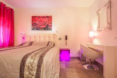 Le romantisme à l'état pur ! #hotel #masduterme #white #pink #colour #deco #room #chambre #moderne