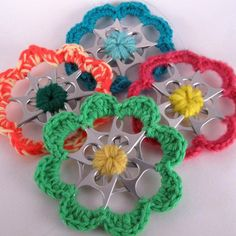 A set of 6 Christmas flower ornaments adding color and interest to your tree. Share the amazing world of upcycling with family and friends. Can Tab Crafts, Soda Can Crafts, Crafts To Make, Diy Crafts, Recycled Christmas Decorations, Christmas Crafts, Christmas Ornaments, Yarn Flowers, Crochet Flowers
