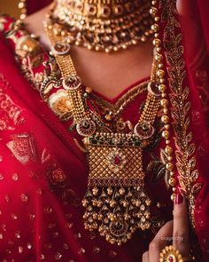 Ditch the Regular jewellery & try the new Offbeat Bridal Jewellery trend! Antique Jewellery Designs, Gold Jewellery Design, Bridal Jewelry Vintage, Bridal Jewellery, Rajputi Jewellery, Pearl Necklace Designs, Antique Necklace, Gold Mangalsutra Designs, Jewelry Trends