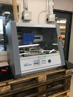 Roland MDX-50 CNC-jyrsinkone asennettuna