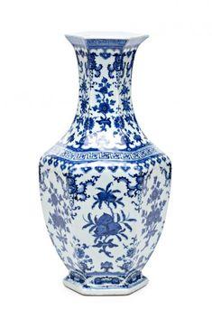 Chinese porcelain vase, the twentieth century   Brand apócrifa Qianlong 35.5 x 19 x 19 cm