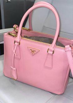 21 Stunning Makeup Looks for Green Eyes Fashion Handbags, Purses And Handbags, Fashion Bags, Fashion Beauty, Luxury Purses, Luxury Bags, Vetement Fashion, Cute Purses, Pink Purses
