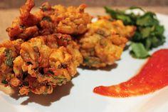 Vegetable pakoras! :) Indian Snacks, Indian Food Recipes, Ethnic Recipes, Veggie Recipes, Vegetarian Recipes, Paella Party, Yummy Bites, Veggie Delight, Ramadan Recipes