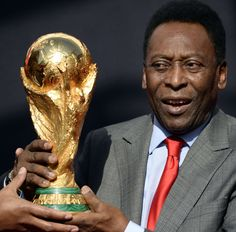 La leyenda del futbol, Pelé llegó este 9 de marzo a París con la copa Mundial de futbol que se disputará en los próximos meses en el mundial #Brasil2014.  (Foto: AFP)