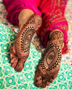 Stunning Bridal Feet Mehendi Designs That You Must Bookmark Right Away! Legs Mehndi Design, Modern Mehndi Designs, Bridal Henna Designs, Beautiful Henna Designs, Mehndi Designs For Hands, Henna Tattoo Designs, Heena Design, Bridal Mehndi, Leg Henna