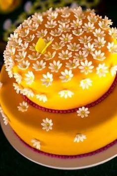 """No """"Jardim da Maria"""", tema de uma festa decorada pela empresa Dona Aranha, o bolo com pequenas margaridas no topo e uma bolo borboleta reforçava o clima de primavera do aniversário"""