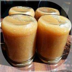 Doe in de uitgekookte potten de hete appelmoes, vul de pot zo vol mogelijk en draai de deksel er stevig op. Zet de pot vervolgens minimaal 12 uur op de kop.