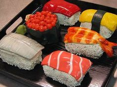I have searched the internet for the best versions of dessert sushi online - sushi cakes, sushi cupcakes and sushi candy. Check out the step by step guides on making dessert sushi at home. Sushi Cupcakes, Sushi Cake, Dessert Sushi, Crazy Cakes, Unique Cakes, Creative Cakes, Creative Ideas, Cakes That Look Like Food, Real Food Recipes