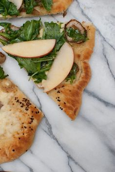 Apples on pizza? You better believe it! This bright and delicious Honeycrisp apple pizza with balsamic onions is a delightful first step into fall foods. Lemon Pizza, Apple Pizza, Pizza Recipes, Cooking Recipes, Healthy Recipes, Balsamic Onions, Honeycrisp Apples, Fall Recipes, Healthy Eating