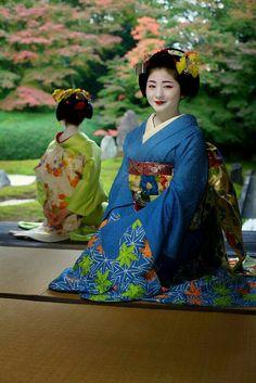 Maiko, Satuki and Mamefuji. Japanese Geisha, Japanese Kimono, Traditional Kimono, Traditional Dresses, Kabuki Costume, Geisha Art, Japanese Costume, Turning Japanese, Girl Dancing
