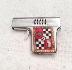 Zigarettenanzünder Emaille-Gun rot schwarz weiß von OurBoudoir