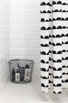 Beautiful Black And White Shower Curtains Design Ideas – Home Decor Ideas Bathroom Toilets, Laundry In Bathroom, Bathroom Black, Bad Inspiration, Bathroom Inspiration, Ideas Para Organizar, Ideias Diy, Curtain Designs, Bathroom Styling